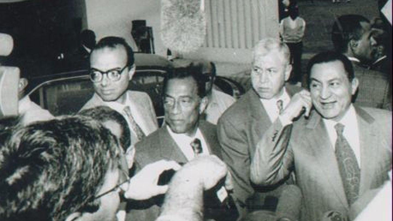 Husein Salem (c) junto a un joven Mubarak.
