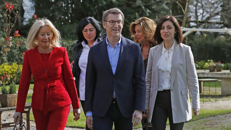Feijóo, junto a las cabezas de lista por Pontevedra, Corina Porro, Elena Candiá por Lugo. (EFE)