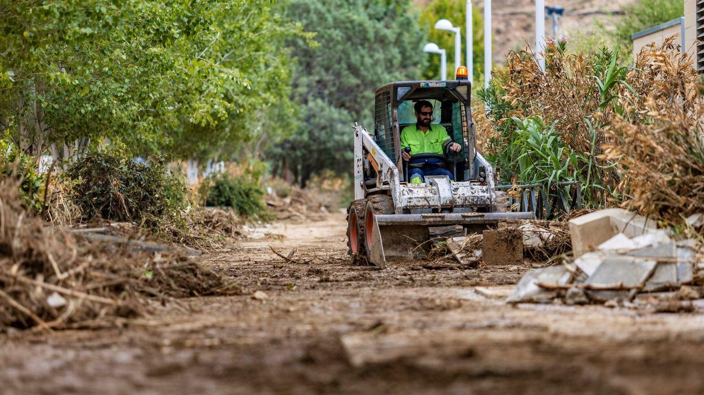 Un operario trabaja en la limpieza del barrio de Santa Bárbara, Toledo. (EFE)