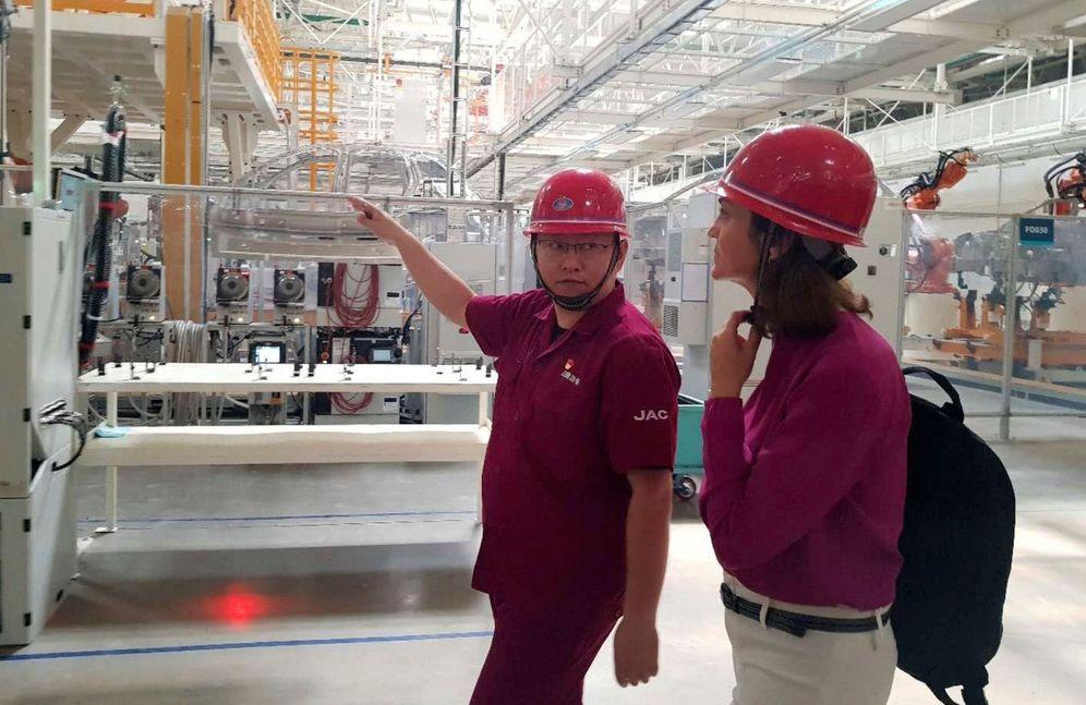 Foto: La ministra de Industria Reyes Maroto visita una fábrica con trabajadores chinos. (EFE)