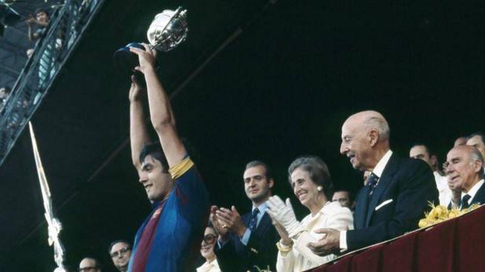 Foto: Franco entrega una Copa del Generalísimo al capitán del FC Barcelona
