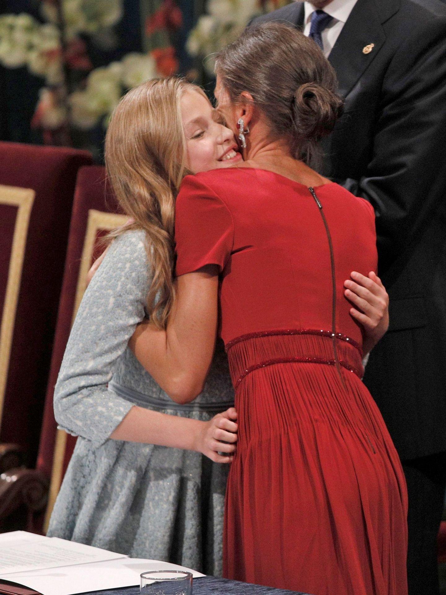 La Reina, abrazando a Leonor. (EFE)