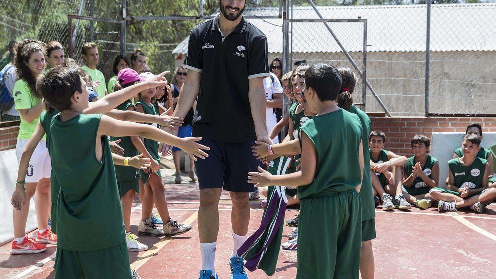 Foto: Los problemas de los niños de Málaga para jugar al baloncesto. (EFE)