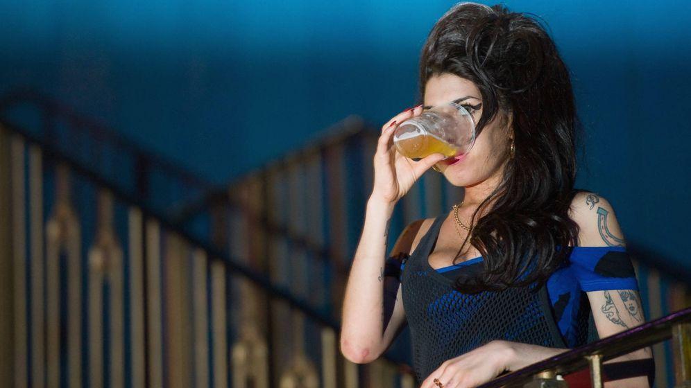 Foto:  Amy Winehouse, bebiendo una cerveza durante un concierto. (Getty)
