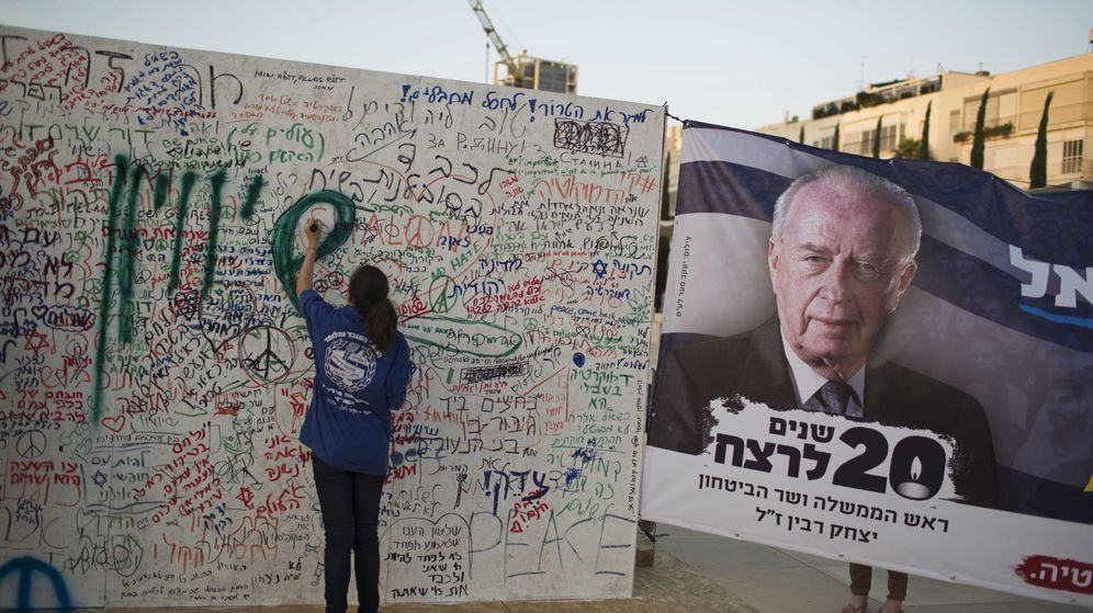 Foto: Una mujer recuerda a Isaac Rabin en el 20 aniversario de su asesinato