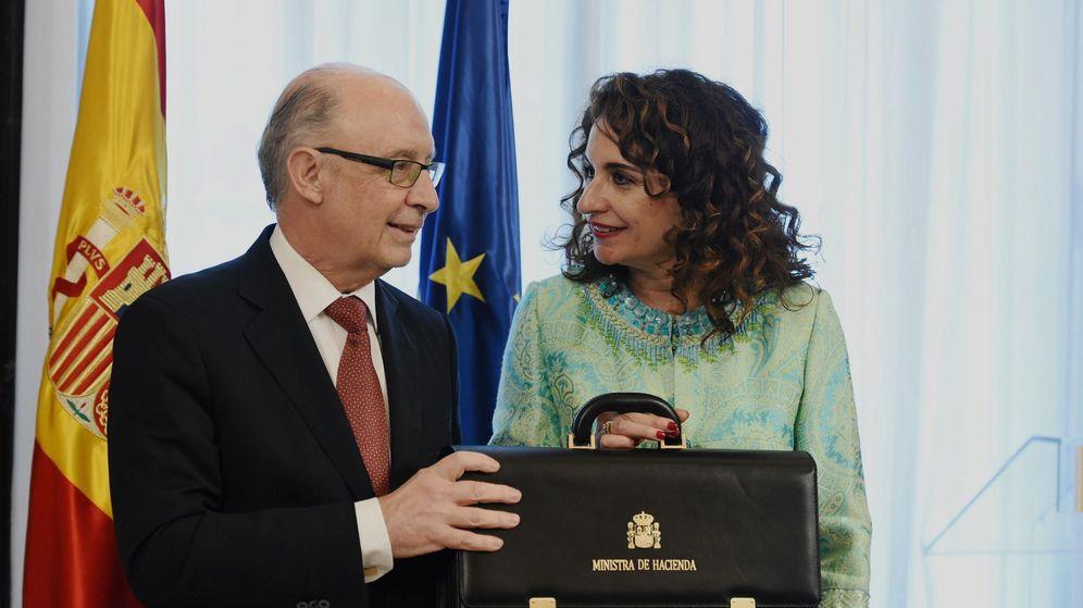 Foto: La nueva ministra de Hacienda, María Jesús Montero, recibe la cartera de la que es titular de manos del ministro saliente, Cristóbal Montoro. (EFE)