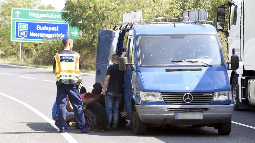 Foto: Un vehículo con inmigrantes es interceptado antes de cruzar la frontera. (EFE)