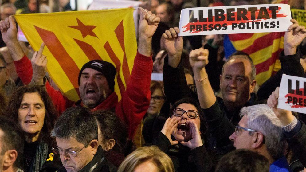 Foto: Manifestación del independentismo en Barcelona bajo el lema 'Tumbemos el régimen'. (EFE)