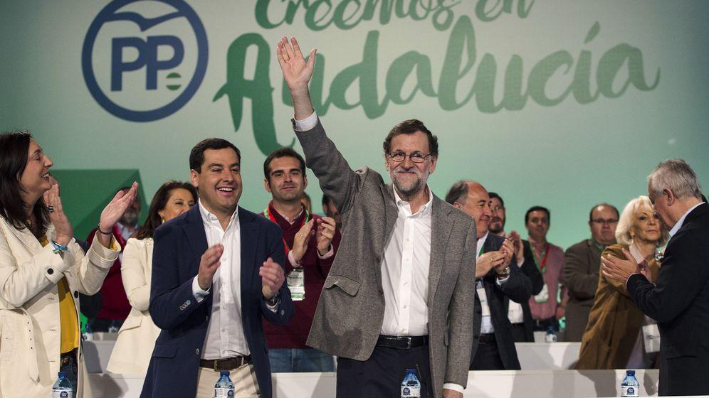 Foto: El presidente del Gobierno, Mariano Rajoy (c), junto el líder del PP andaluz, Juanma Moreno. (EFE)