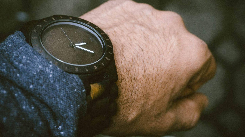 De momento, la electricidad generada (con un solo dedo) puede poner en marcha un reloj. Unsplash