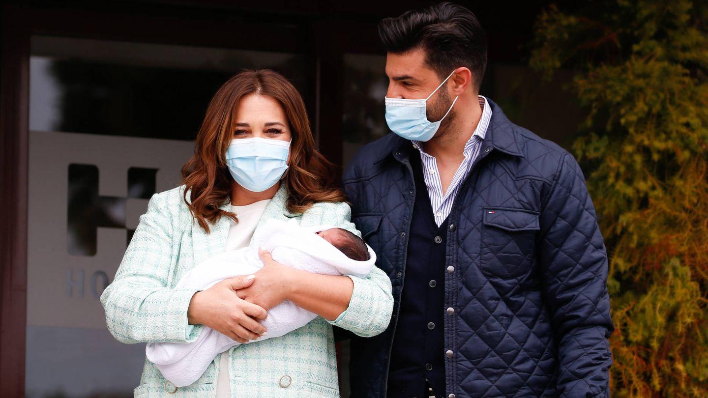 Paula y Miguel, presentando a su hijo ante los medios. (Gtres)