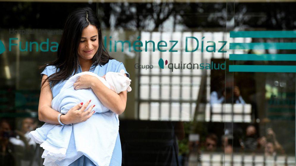 Foto: Begoña Villacís presenta a su hija Inés a los medios. (EFE)