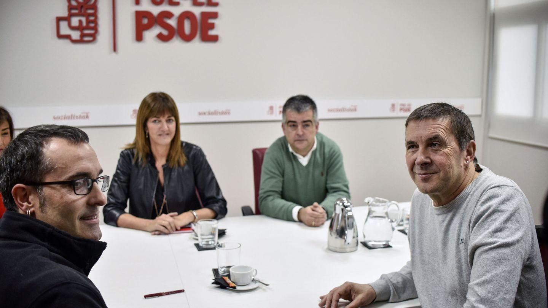 Delegaciones del máximo nivel del PSE-EE y EH Bildu, encabezadas Idoia Mendia y Arnaldo Otegi, durante su reunión el 17 de noviembre de 2016 en la sede central de los socialistas vascos. (EFE)