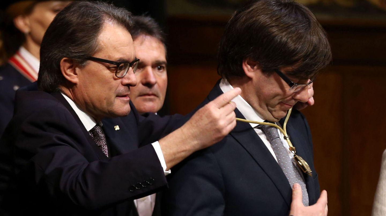 Acto de toma de posesión de Puigdemont. EFE)