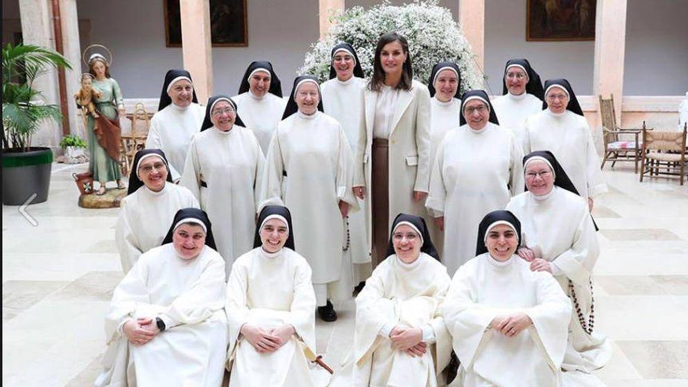Oraciones, fotos y un libro: la visita de la reina Letizia a las dominicas de Lerma