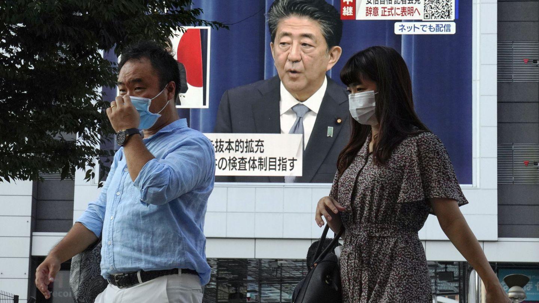 El primer ministro japonés Shinzo Abe anunciando su dimisión, en una pantalla en Tokio. (Reuters)