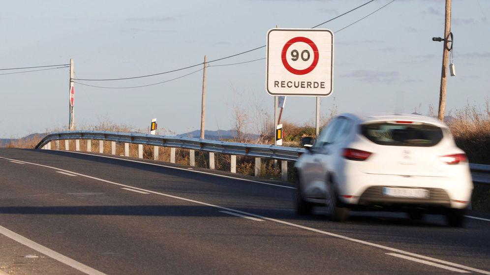 Foto: Desde este martes, no se puede superar los 90 km/h en carreteras convencionales. (EFE)