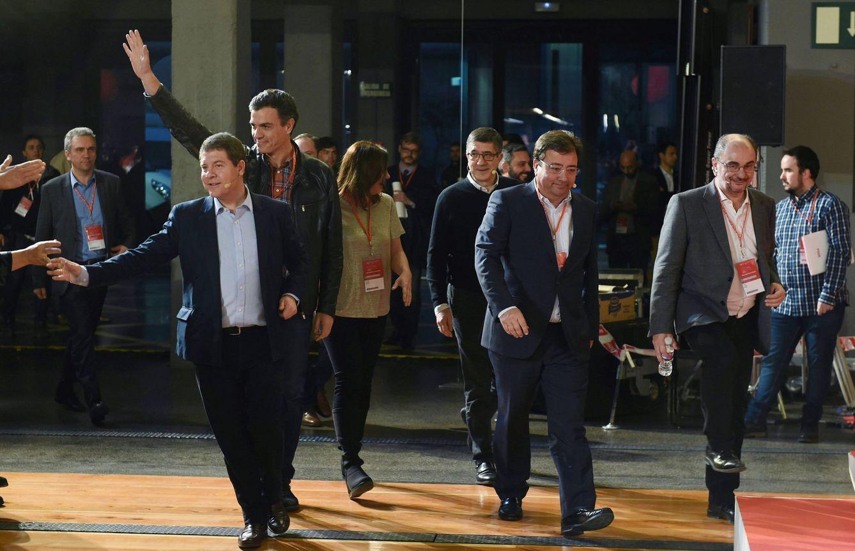 El líder socialista, Pedro Sánchez (2i), Patxi López (3d), el presidente de Extremadura, Guillermo Fernández Vara (2d), el de Aragón, Javier Lambán (d), el de Castilla-La Mancha, Emiliano García-Page (i), y la de Baleares, Francina Armengol (3i), a su llegada a la escuela de buen gobierno del PSOE, el 17 de marzo de 2018 en Madrid. (EFE)
