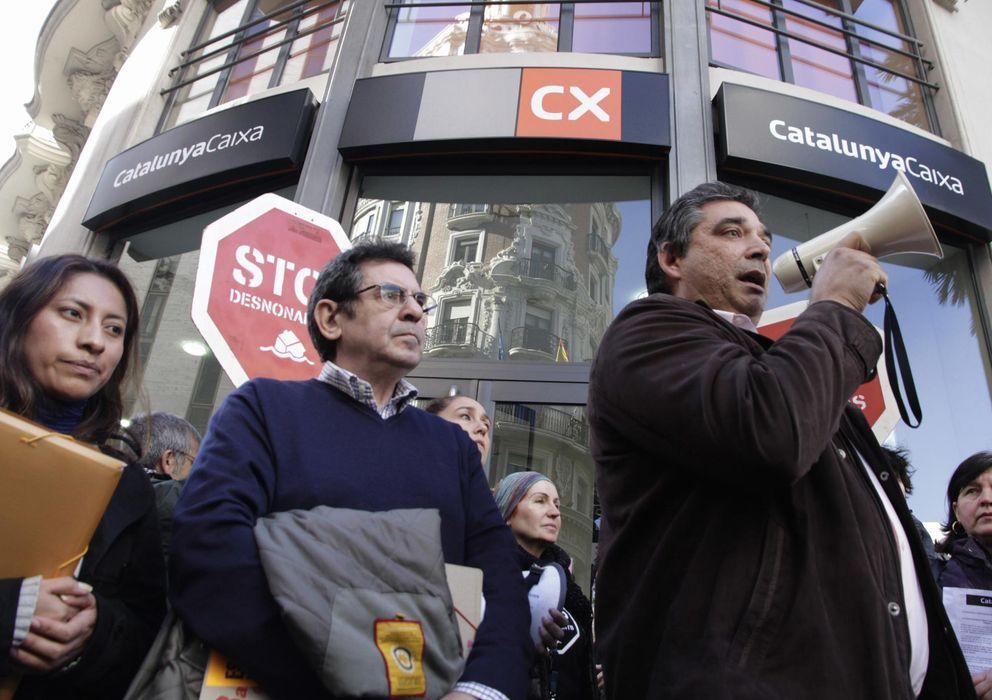Foto: Activistas de la PAH de Valencia protestan ante una oficina de Catalunya Caixa. (Reuters)