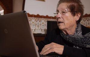 Con 76 años aprende a leer, a usar un PC y a navegar (y publica un libro)