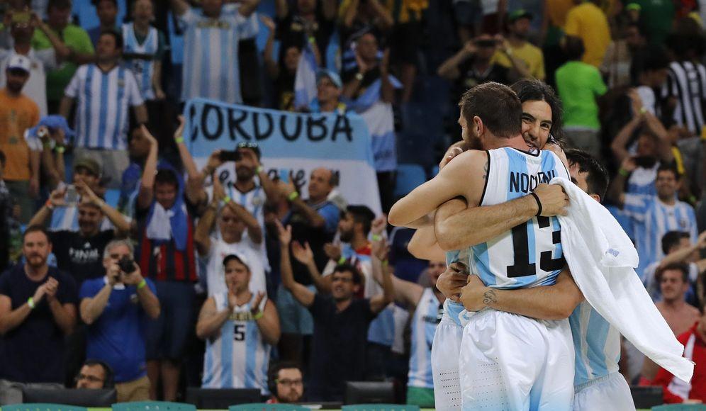 Foto: Nocioni se abraza a Scola durante un partido de los Juegos Olímpicos de Río de Janeiro. (EFE)