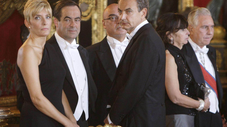 Sonsoles Espinosa, José Bono y Rodríguez Zapatero, en una cena de gala. (EFE)