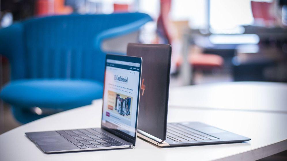 Foto: El Macbook (izquierda) y el HP Spectre (derecha), frente a frente. (Carmen Castellón)