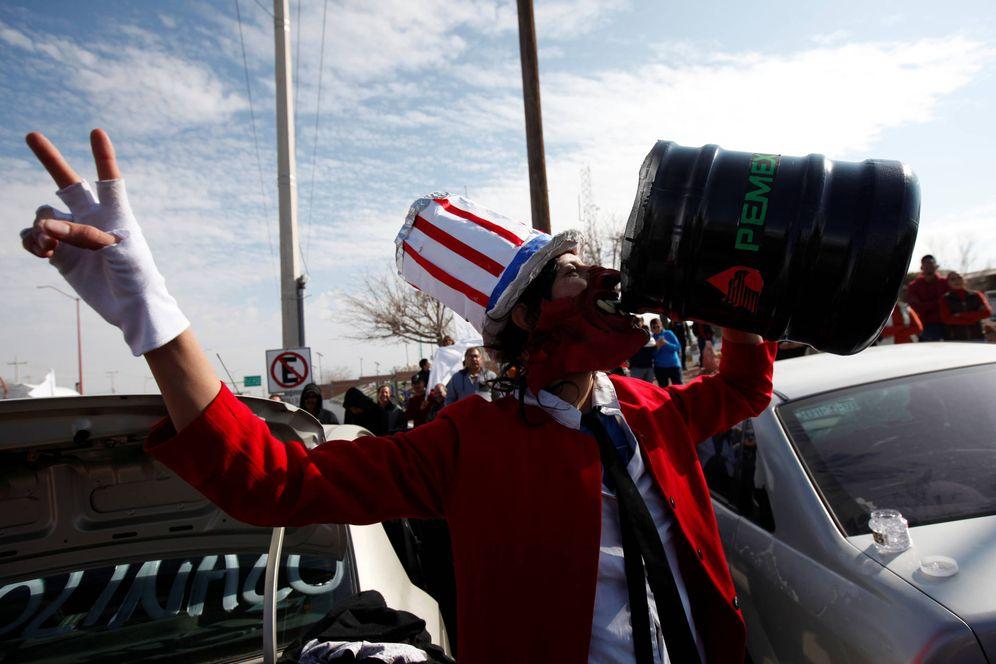 Foto: Un manifestante disfrazado de político estadounidense durante una protesta en Ciudad Juárez, México, el 14 de enero de 2017 (Reuters).