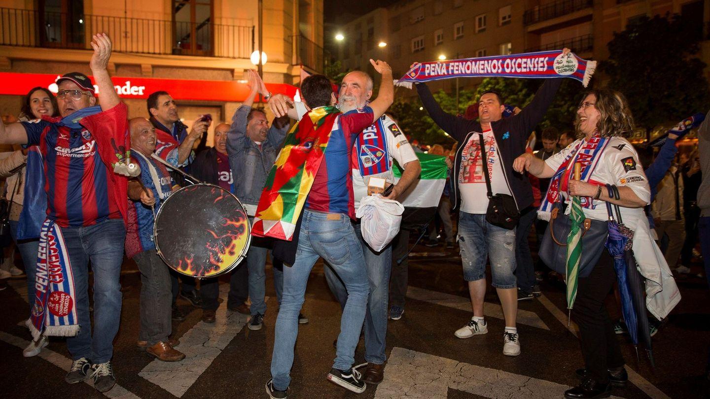 Los aficionados del Huesca celebran el ascenso a Primera división. (EFE)
