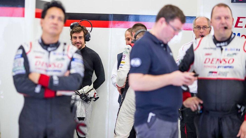 Foto: Fernando Alonso en el box de Toyota del WEC. (Foto: Twitter de @FIAWEC)