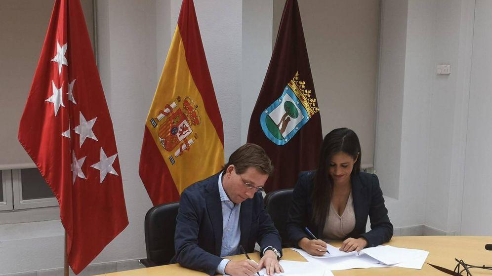 Foto: José Luis Martínez-Almeida y Begoña Villacís firman su acuerdo de Gobierno para Madrid. (PP)