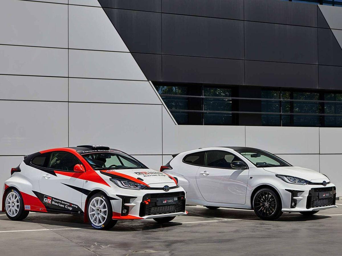 Foto: En esta imagen, se aprecia el coche de serie, en blanco, y el de carreras preparado por MSi.