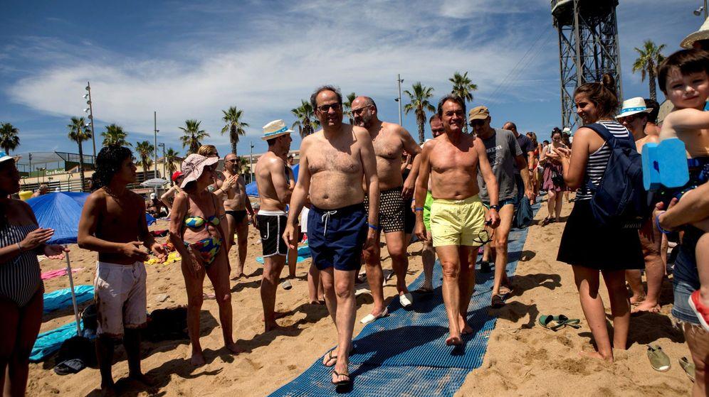 Foto: El presidente de la Generalitat Quim Torra (i), el expresidente Artur Mas (d) y el portavoz de JxCat Eduard Pujol (c) participan en una campaña por la esclerosis múltiple.  (EFE)