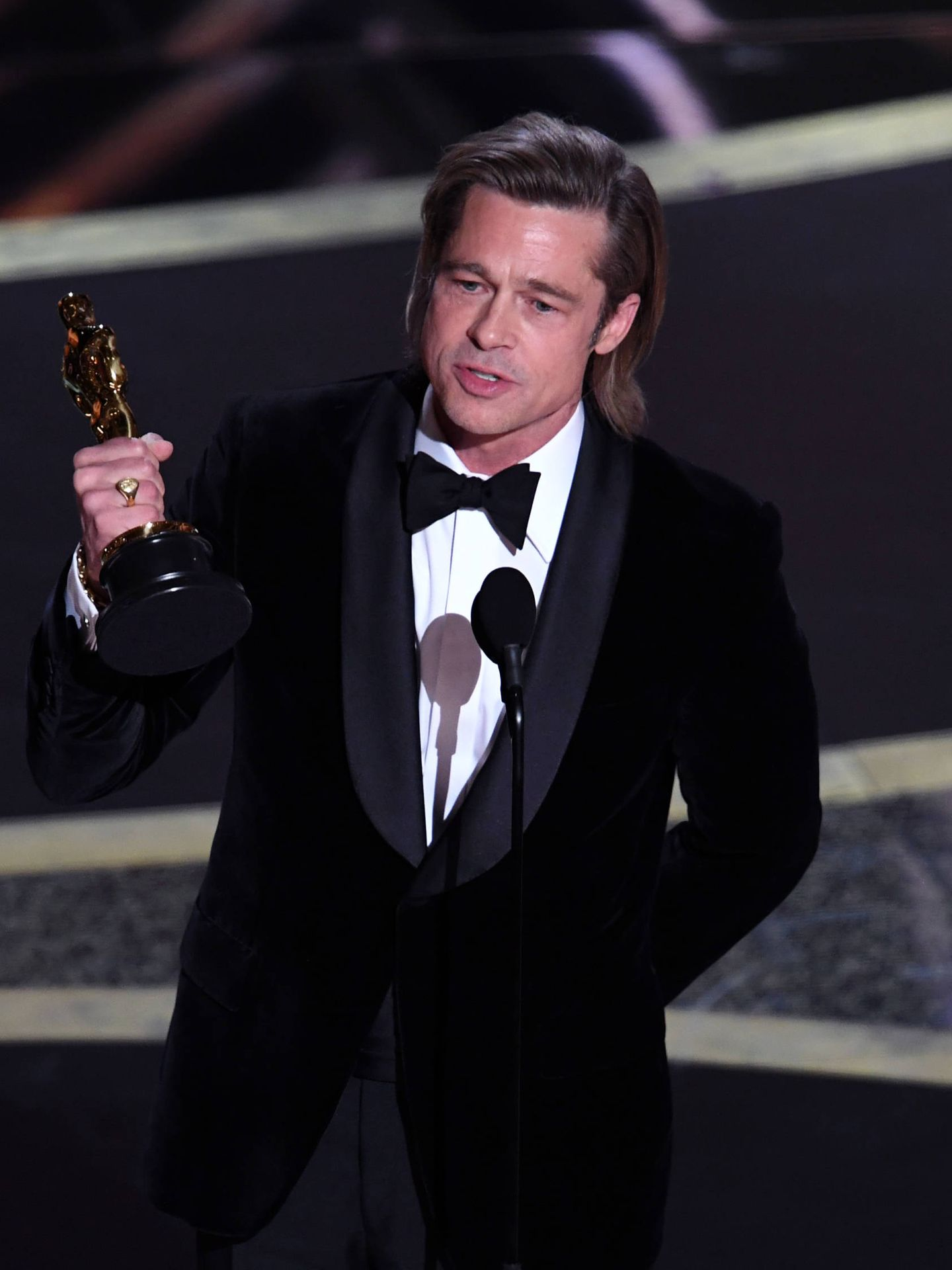 Brad Pitt, con el Oscar que dedicó a sus hijos. (Getty)
