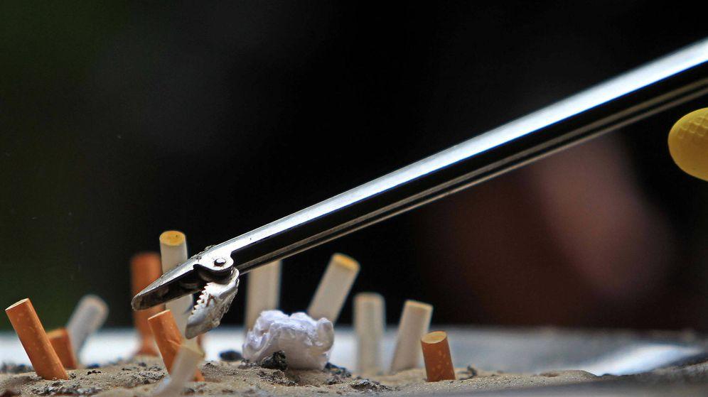 Foto: Un brazo mecánico, retirando las colillas de un cenicero. (EFE)