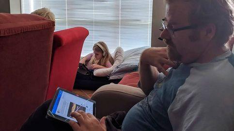 Una familia recrea su viaje de vacaciones en avión sin salir de la habitación
