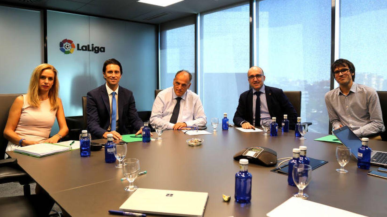 Javier Tebas, junto a los representantes de Futbolistas ON en la sede de LaLiga