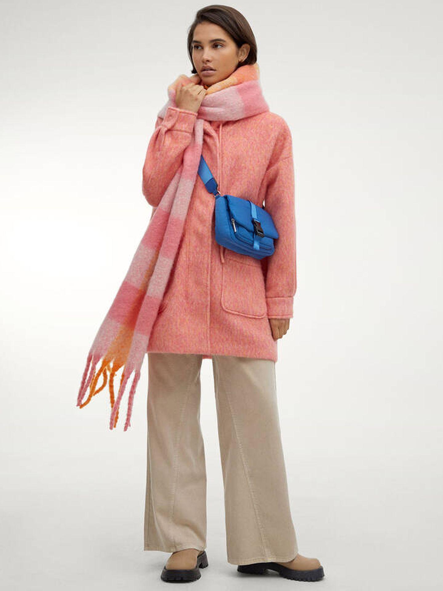 Abrigo colorido de Parfois. (Cortesía)