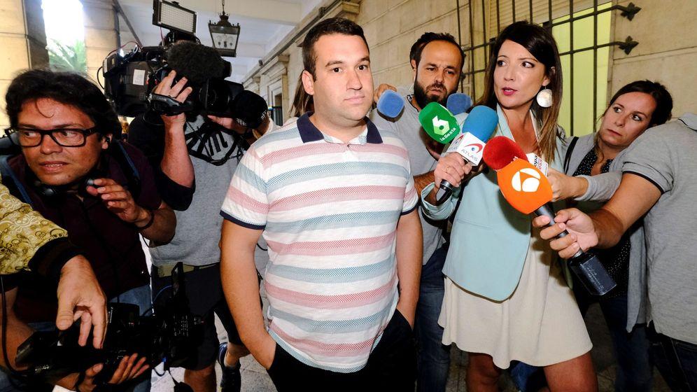 Foto: José Ángel Prenda, a su salida de los Juzgados de Sevilla. (EFE)