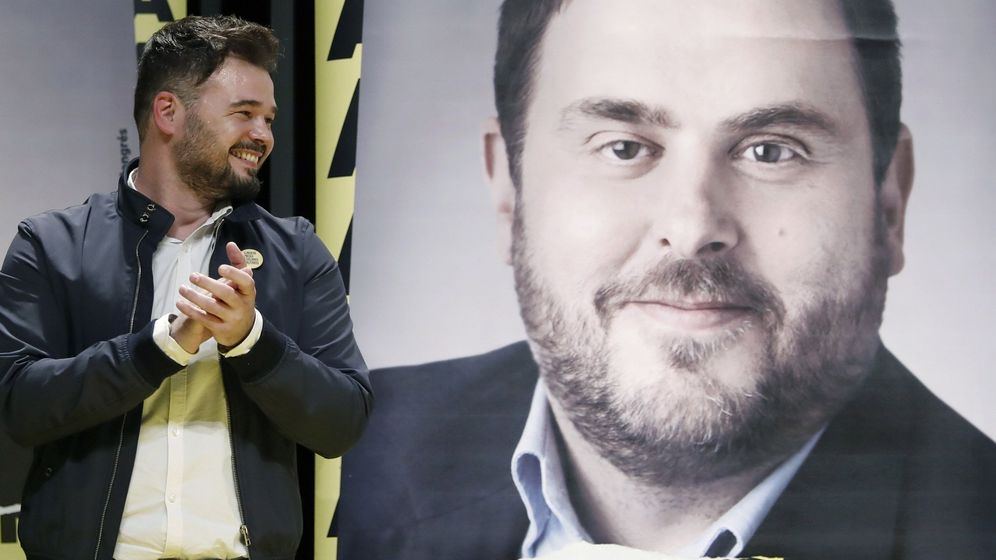 Foto: Gabriel Rufián, junto a una foto de Junqueras en un cartel en el que se pide su amnistía. (EFE)