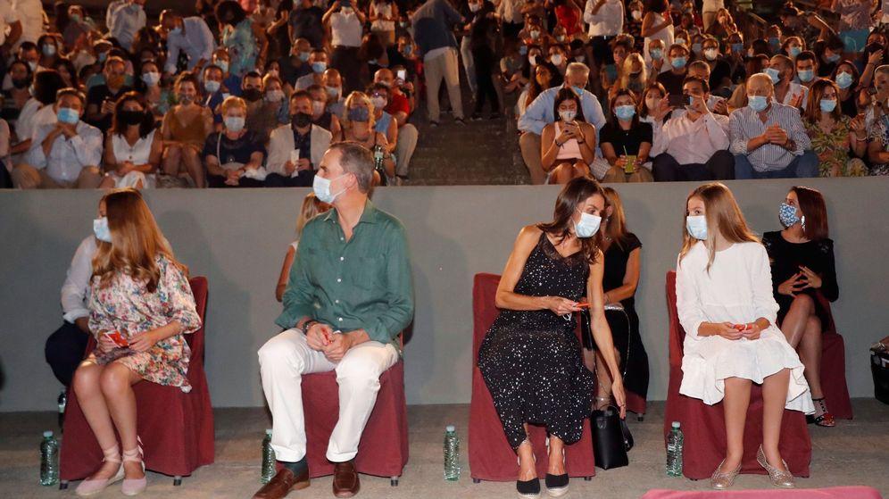 Foto: Los Reyes y sus hijas, en la inauguración del Festival Internacional de Teatro Clásico de Mérida. (EFE)