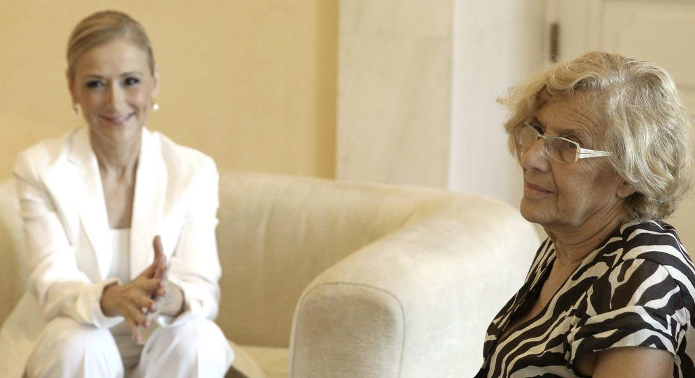 Foto: La presidenta de la Comunidad de Madrid, Cristina Cifuentes (i), y la alcaldesa de la capital, Manuela Carmena (d), durante su primera reunión en julio. (EFE)