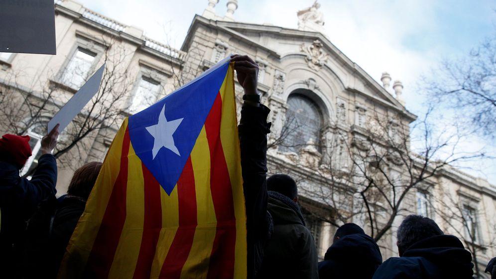 Foto: Manifestación de apoyo a Francesc Homs durante el juicio. (Reuters)