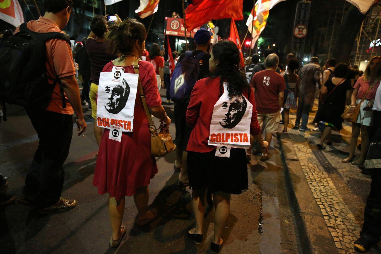 Foto: Simpatizantes de Dilma Rousseff, con el rostro de Temer en su espalda, durante una protesta en Río de Janeiro, el 29 de agosto de 2016 (Reuters).