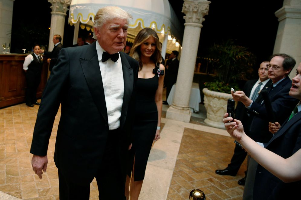 Foto: El presidente electo de EEUU, Donald Trump, y su mujer Melania hablan con reporteros en Palm Beach, Florida, el 31 de diciembre de 2016. (Reuters)