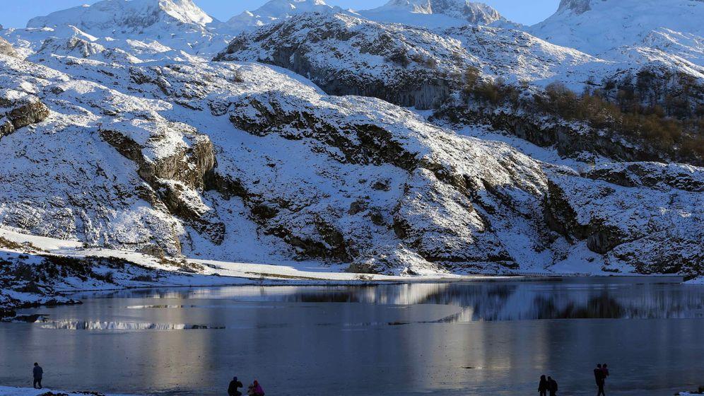Foto: Atardecer en los Lagos de Covadonca, en el parque nacional de Picos de Europa (EFE)