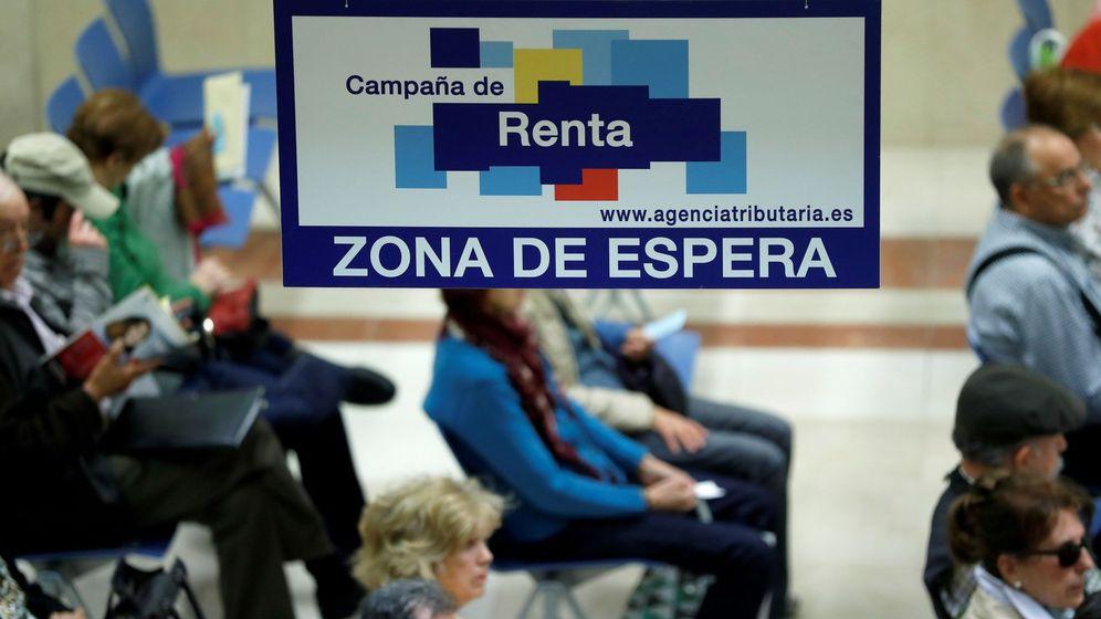 Foto: Ciudadanos esperan para ser atendidos en la delegación de Hacienda de Madrid. (EFE)