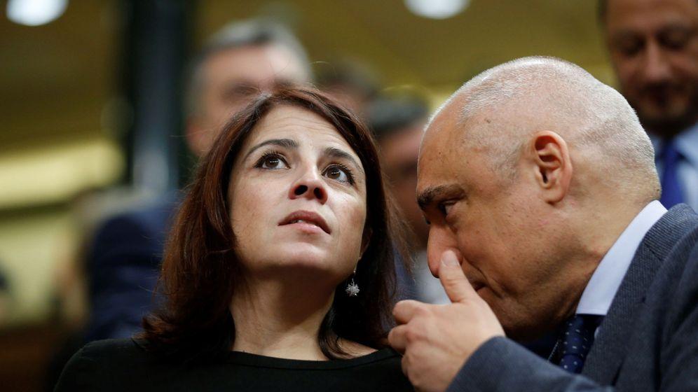 Foto: La vicepresidenta general del PSOE, Adriana Lastra y el diputado socialista Rafael Simancas, en el hemiciclo del Congreso (EFE)