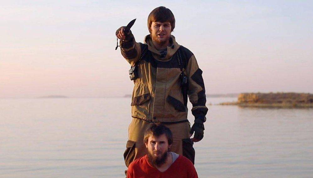 Foto: El yihadista ruso Anatoly Zemlyanka justo antes de decapitar a un compatriota acusado de espiar para Moscú, en un video de propaganda del ISIS