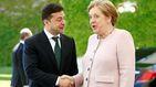 Merkel sufre (y aguanta estoicamente) unos preocupantes temblores junto a Zelenski